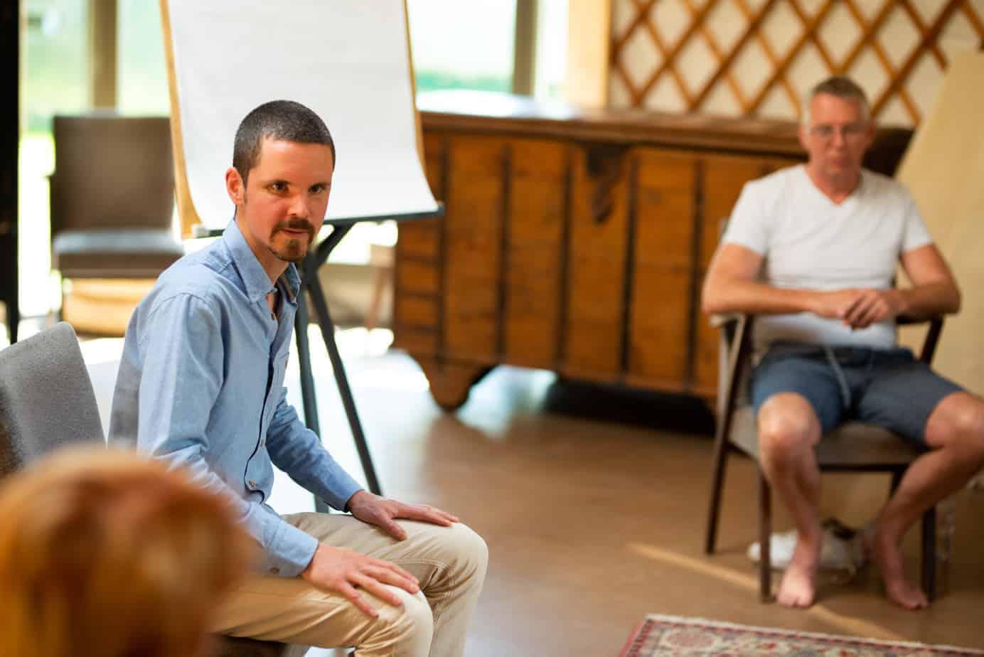 Marc van Heyningen begeleidt een training mindfulness in Delft.