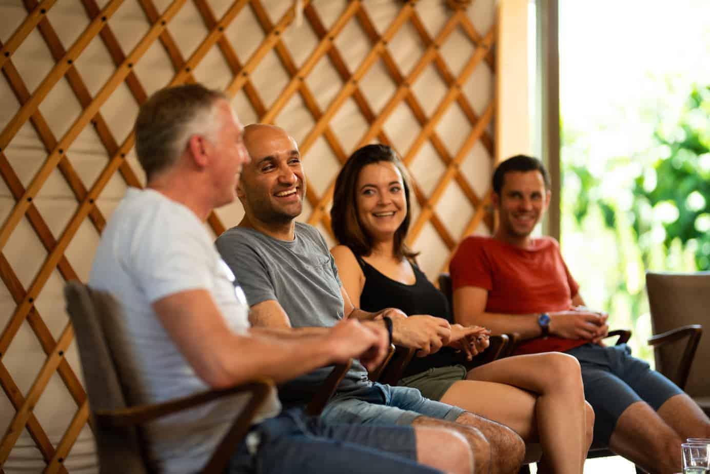 Lachende deelnemers tijdens een training mindfulness in Delft.