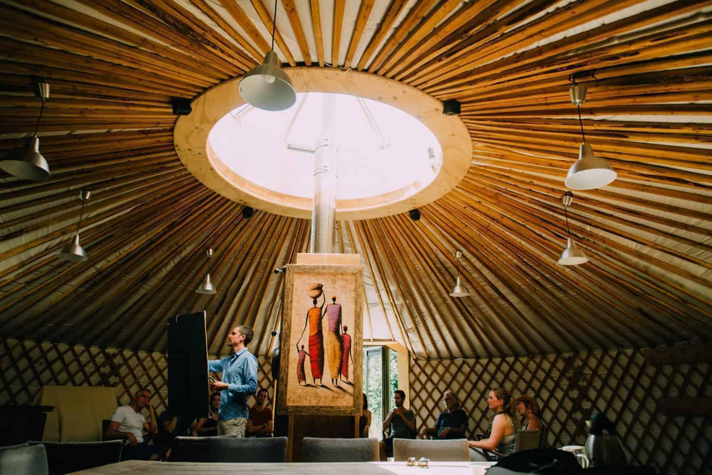 Dak van het rondhuis tijdens een training mindfulness bij buitengoed Uylenburg,
