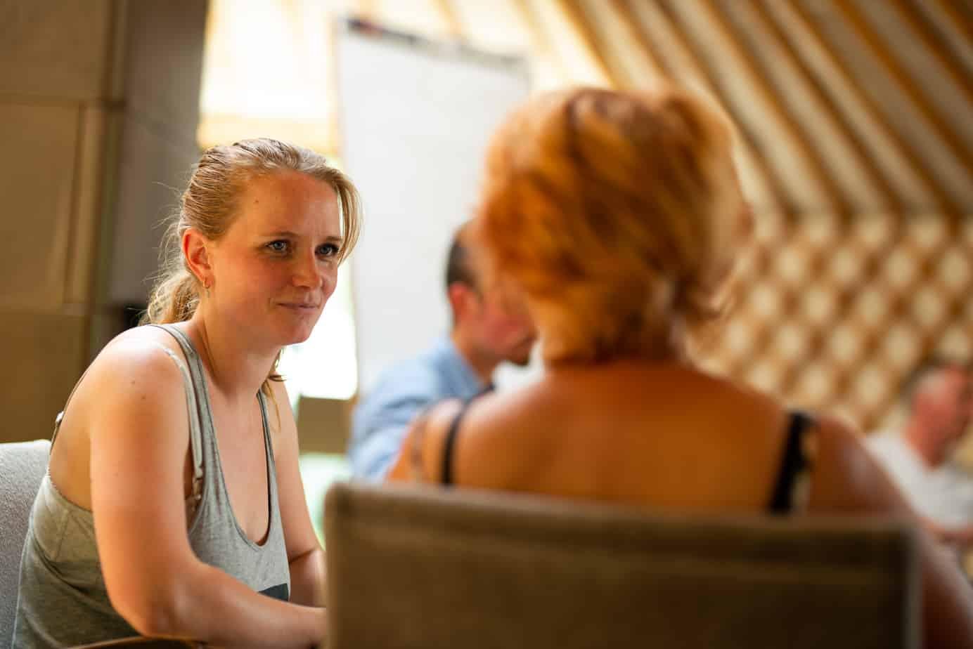 Deelnemers tijdens een Mindfulnesstraining in het Westland.