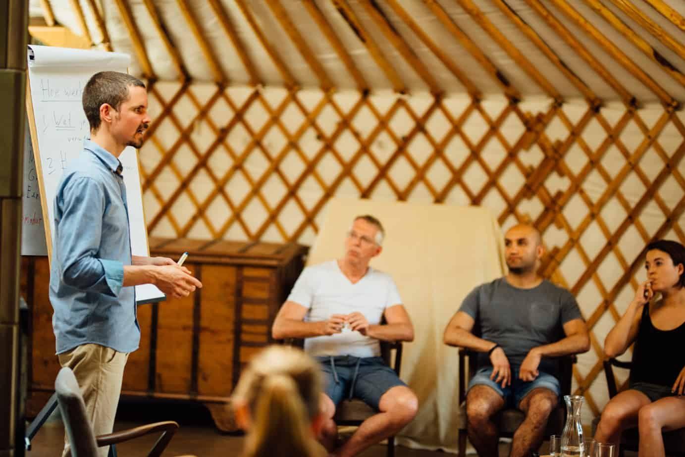 Trainer Marc van Heyningen geeft uitleg tijdens een training mindfulness.