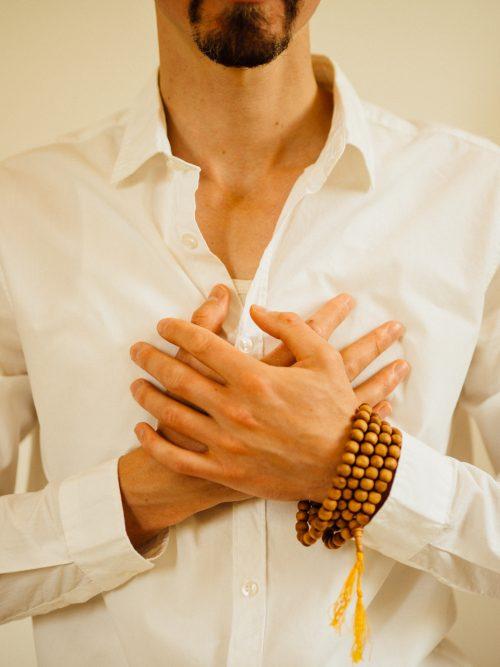 Handen op het hart in compassietraining