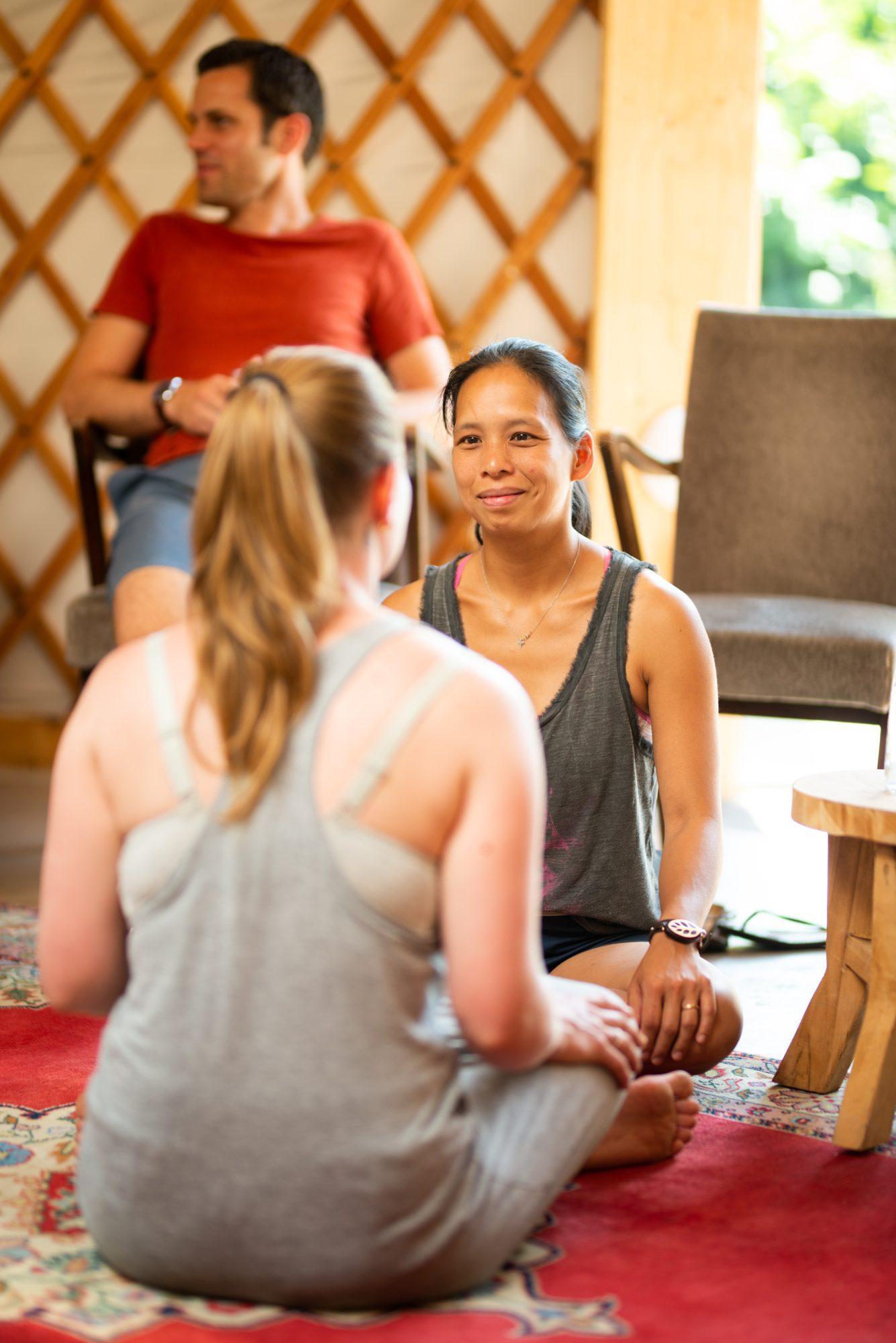 Twee deelnemers delen hun ervaringen, een belangrijk onderdeel in een compassietraining.