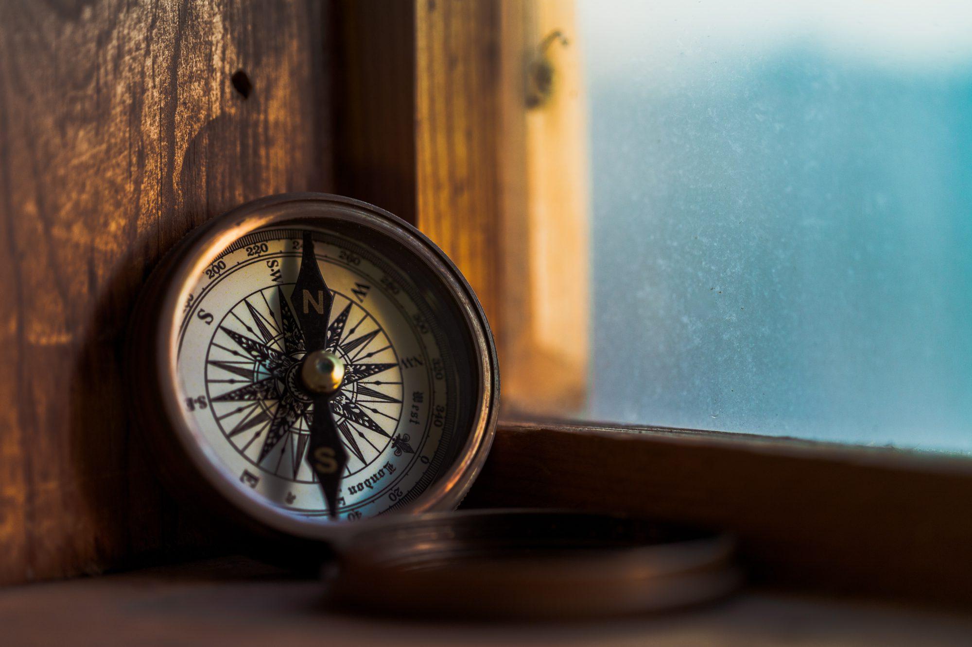 Foto van een kompas. Vind richting en zingeving in je leven met behulp van dit coachingstraject.