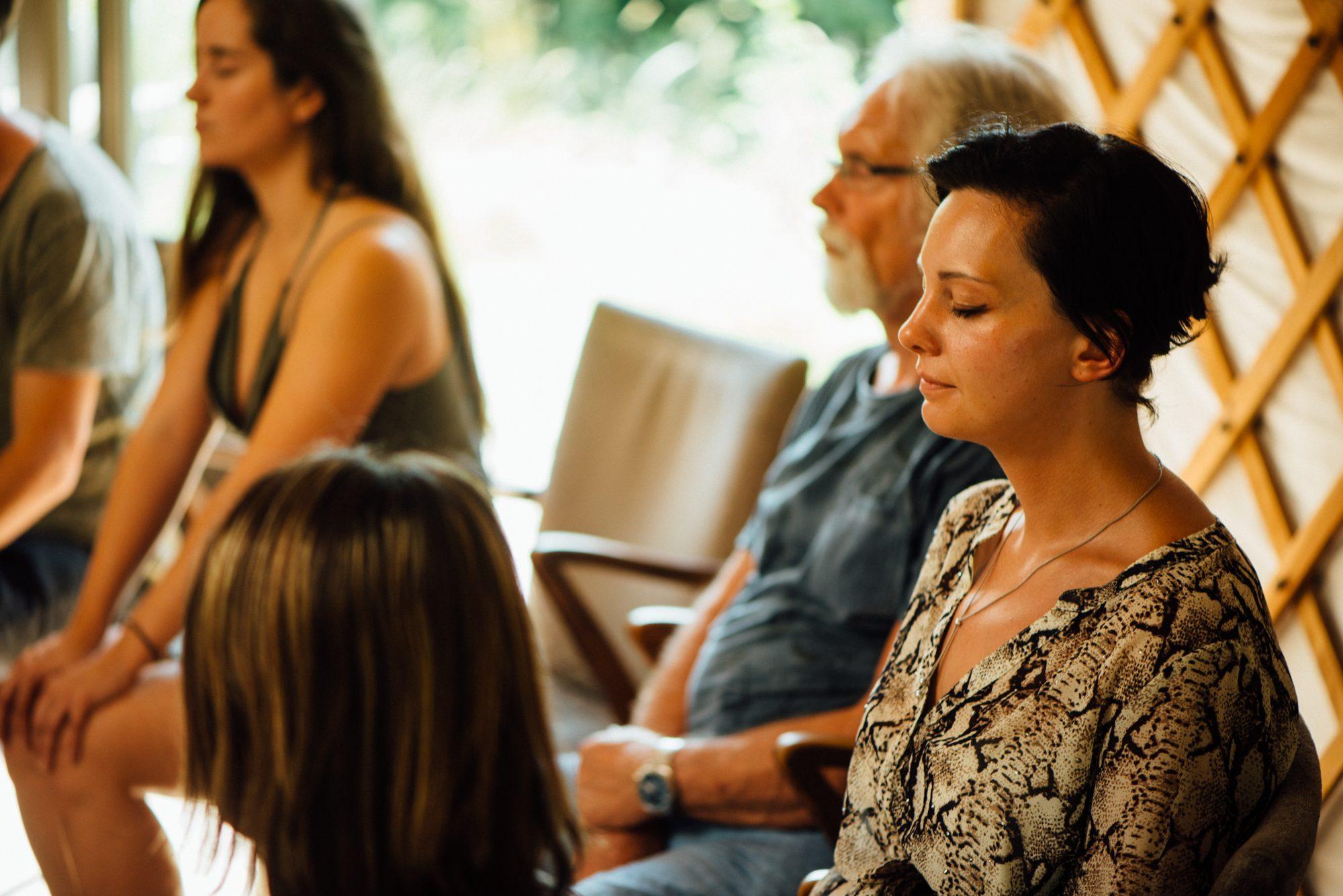 Deelnemer in diepe rust tijdens een Mindfulnesstraining.