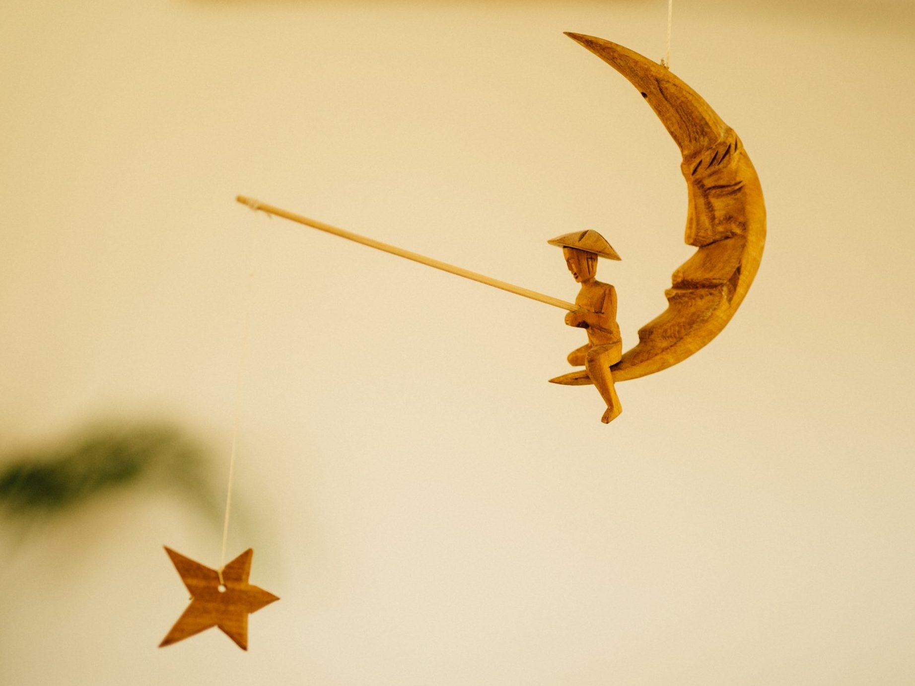 Mannetje op de maan dat vist naar een ster. Sluit je aan bij deze maan-delijkse meditatiegroep? ;)